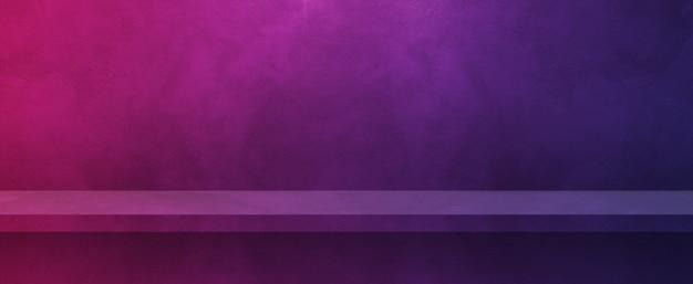 Lege plank op een paarse muur. achtergrond sjabloon scène. horizontale banner