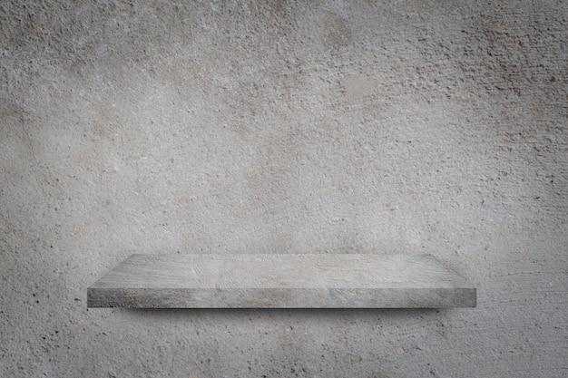 Lege plank over grijze betonnen muur