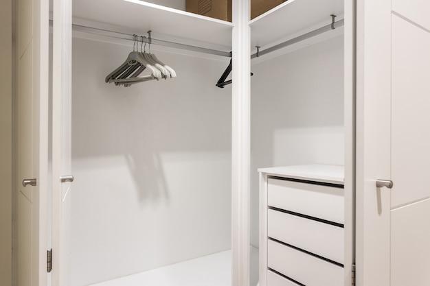 Lege planken in de kast kledingkast.