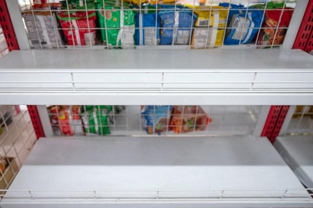 Lege planken in de supermarkt