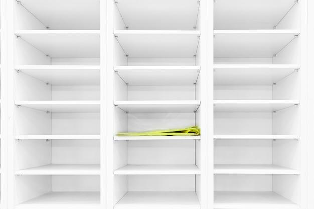 Lege planken, lege boekenkast bibliotheek, in het witte houten rek