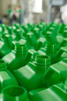 Lege plastic blikken groene kleur voor vloeistoffen