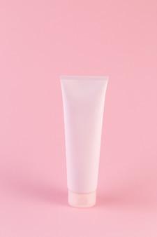 Lege plastic buis met gezichts- of bodycrème