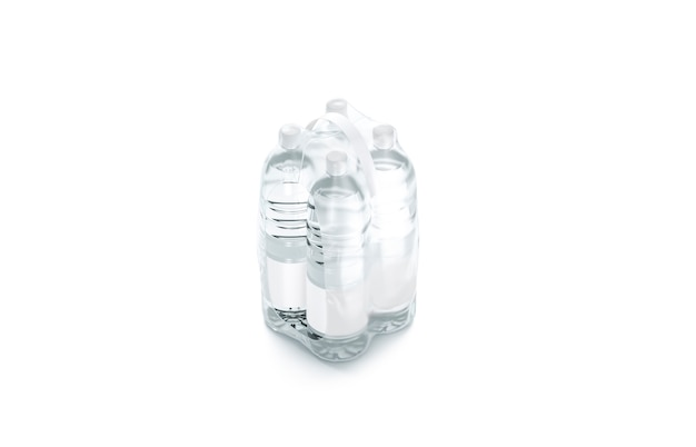 Lege plastic fles in transparante krimpfolie geïsoleerd