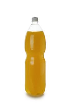 Lege plastic fles oranje frisdrank geïsoleerd op een witte ondergrond