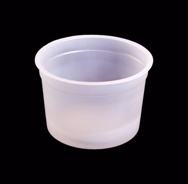 Lege plastic pot uit voedsel op zwart