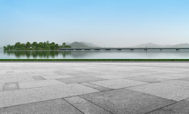 Lege plaza vloer bakstenen en prachtige natuurlijke landschap