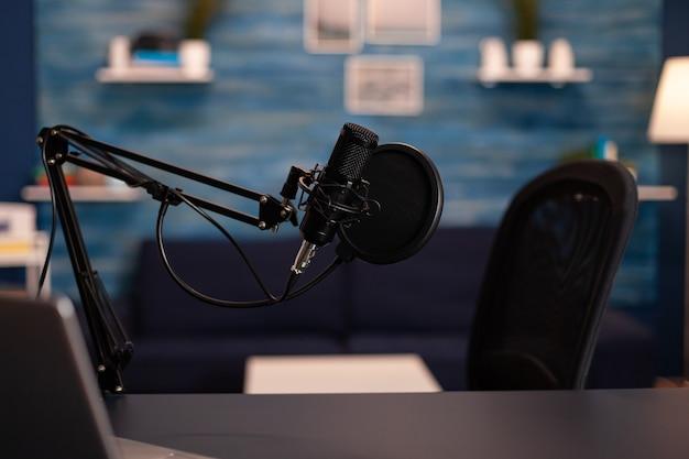 Lege podcastruimte met professionele microfoon in vlogger thuisstudio in living in