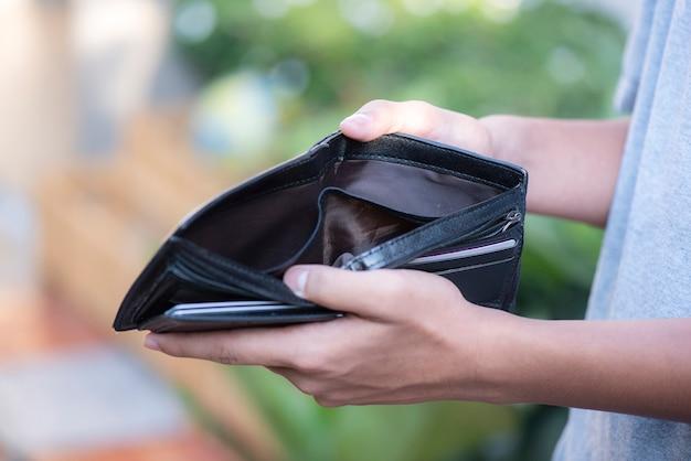 Lege portefeuille in de handenmens