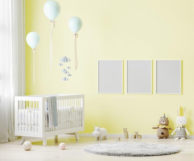 Lege posterframes op gele muur op de binnenlandse achtergrond van de kinderkamer met babybeddengoed