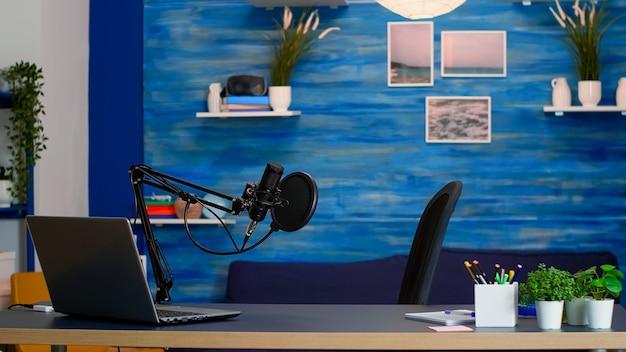 Lege professionele opstelling voor het opnemen van podcast in thuisstudio van vlogger