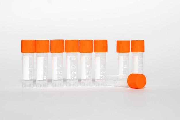 Lege reageerbuizen voor covid-vaccin. gezondheidszorg en medisch concept.