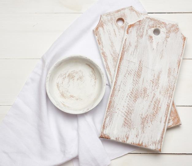 Lege rechthoekige witte snijplank keuken en ronde plaat