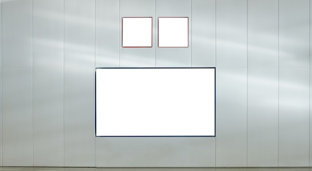 Lege reclameborden met uithangborden op grijze muur
