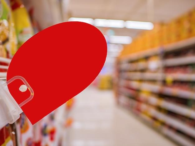 Lege rode korting tag op de schappen van de producten in de supermarkt