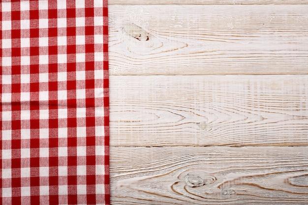 Lege rode tafelkleed op houten tafel bovenaanzicht