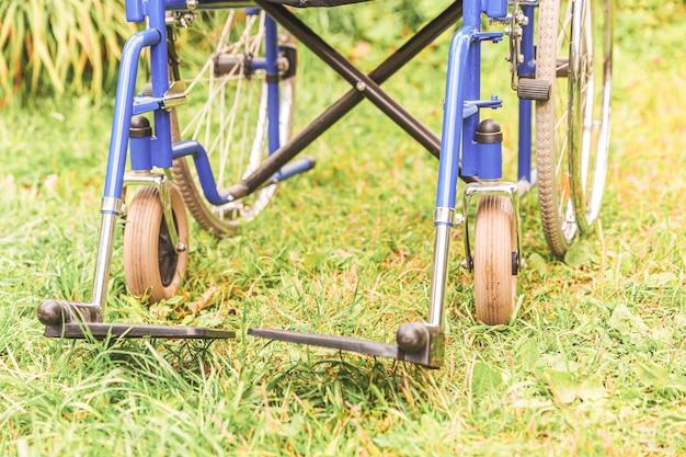 Lege rolstoel die zich in het ziekenhuispark bevindt die op geduldige diensten wacht
