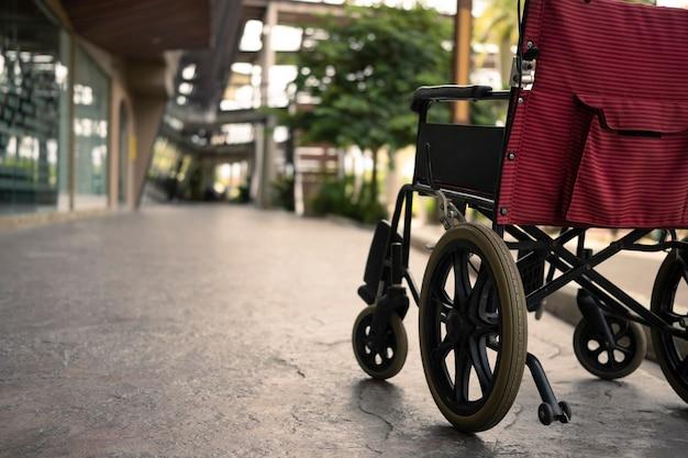 Lege rolstoel geparkeerd in het ziekenhuis. gezondheidszorg en verzekeringsconcept.