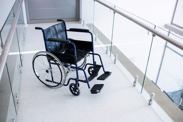 Lege rolstoel in de gang