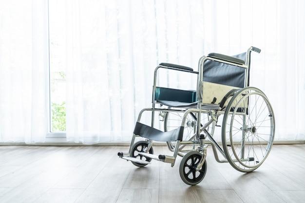 Lege rolstoel in een kamer