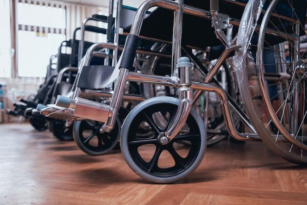 Lege rolstoelen lijnen in het ziekenhuis