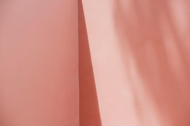 Lege roze muur met schaduwen