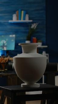 Lege ruimte van artistieke workshopstudio met meubilair