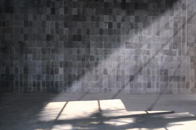 Lege ruimte voor achtergrond met donkere muur