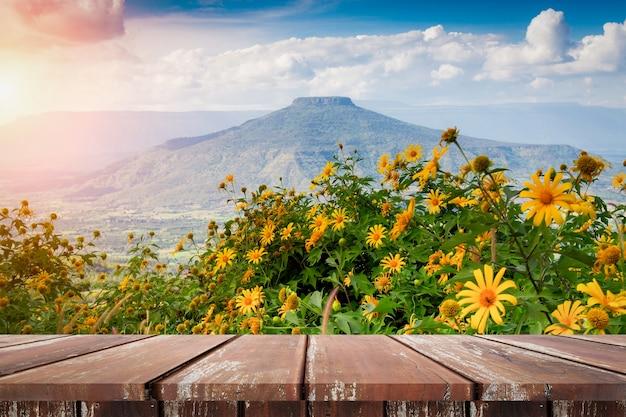 Lege rustieke houten tafel met berg blauwe hemel