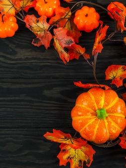 Lege rustieke lijst voor spinnewebachtergrond, oranje achtergrond met knuppels en spinnewebben, halloween
