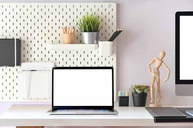 Lege scherm tablet op moderne minimalistische desk werkruimte tafel en kopie ruimte