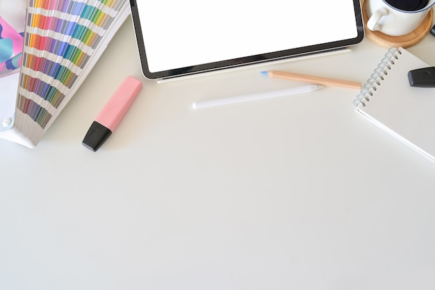 Lege schermtablet op desktop in grafische ontwerpstudio