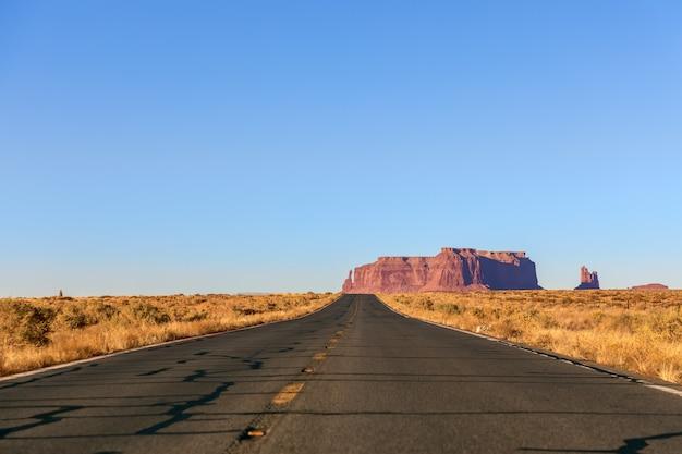 Lege schilderachtige snelweg (highway 163) die leidt naar monument valley. arizona, vs.