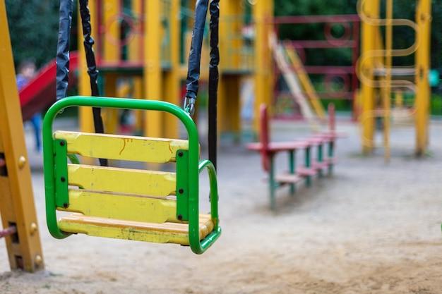 Lege schommels op de speelplaats