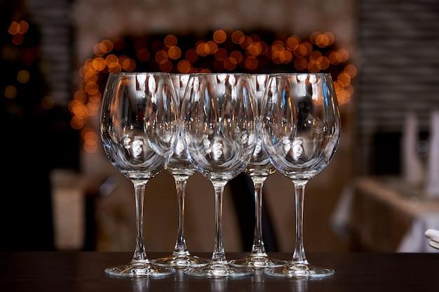 Lege schone glazen met reflectie op een onscherpe achtergrond met bokeh.