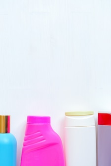 Lege schoonmakende plastic flessen die op witte achtergrond worden geïsoleerd. verpakking van wasmiddelen. huishoudelijke chemicaliën. verticaal.
