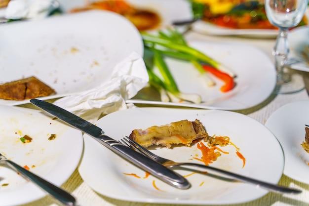 Lege schotel na familiediner in restaurant. feest, feest of gezond voedselconcept.