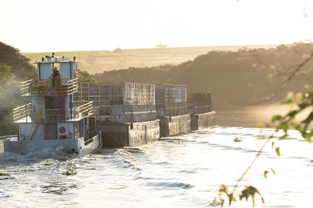 Lege schuit langs de rivier - tiete-parana waterweg.