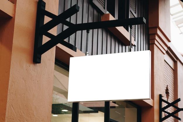 Lege signage en lege opknoping op straat met kopie ruimte