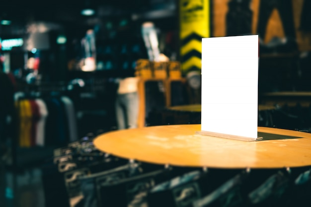 Lege sjabloon van de etiketribune op schort in kledingsopslag of opslag voor voor verkoopbevordering en kortingsinformatie op.