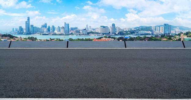 Lege snelweg met stadsgezicht van china