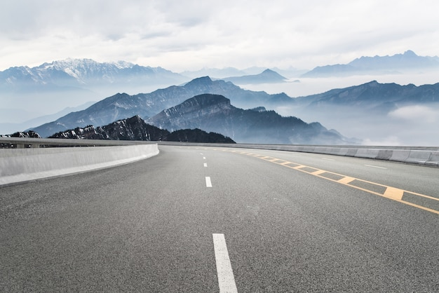 Lege snelwegen en verre bergen