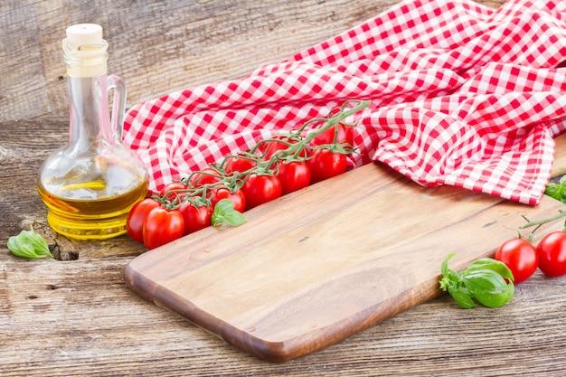 Lege snijplank op tafel. italiaanse keuken concept