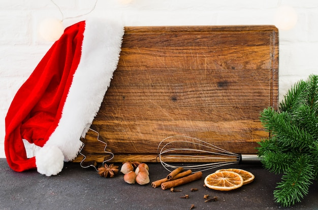 Lege snijplank voor het schrijven van een recept of menu op lichte keuken.