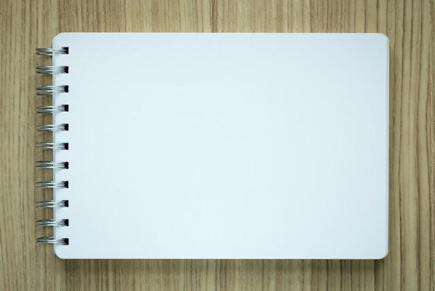 Lege spiraal notitieblok op houten achtergrond