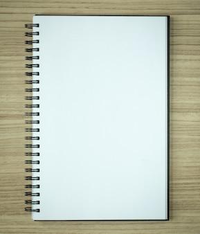 Lege spiraal notitieboekje op houten achtergrond