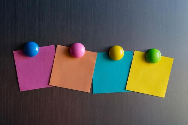 Lege stickers voor aantekeningen op de koelkast bevestigd met magneten.