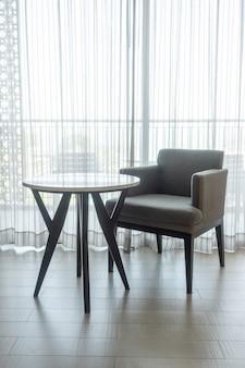 Lege stoel en tafel in de woonkamer