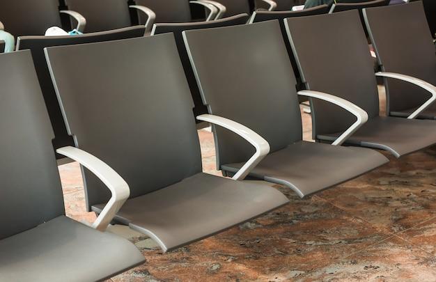 Lege stoel op de luchthaven. lege wachtruimte van de luchthaventerminal