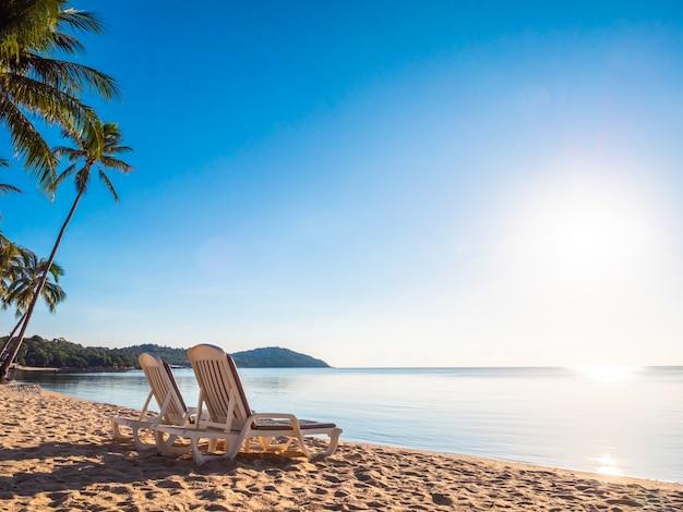 Lege stoel op het tropische strandoverzees en de oceaan